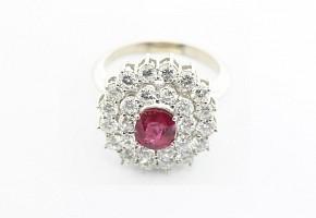 Anillo de oro blanco de 18k con  rubi y diamantes