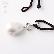 Pendant with white baroque pearl and diamond in 18k white gold