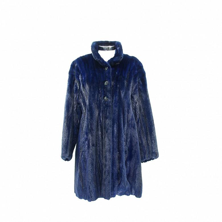 Abrigo de piel de visón color azul.