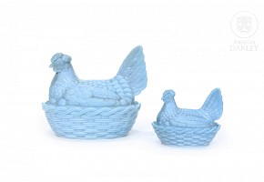 Two hen-shaped containers, blue opaline glass, ca. 1900.