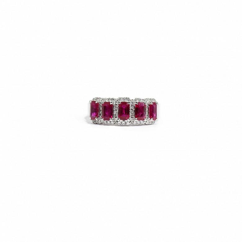 Anillo en oro blanco de 18k con rubis y  diamantes