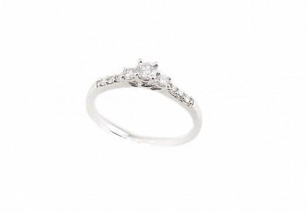 Solitario en oro blanco 18k y diamantes.