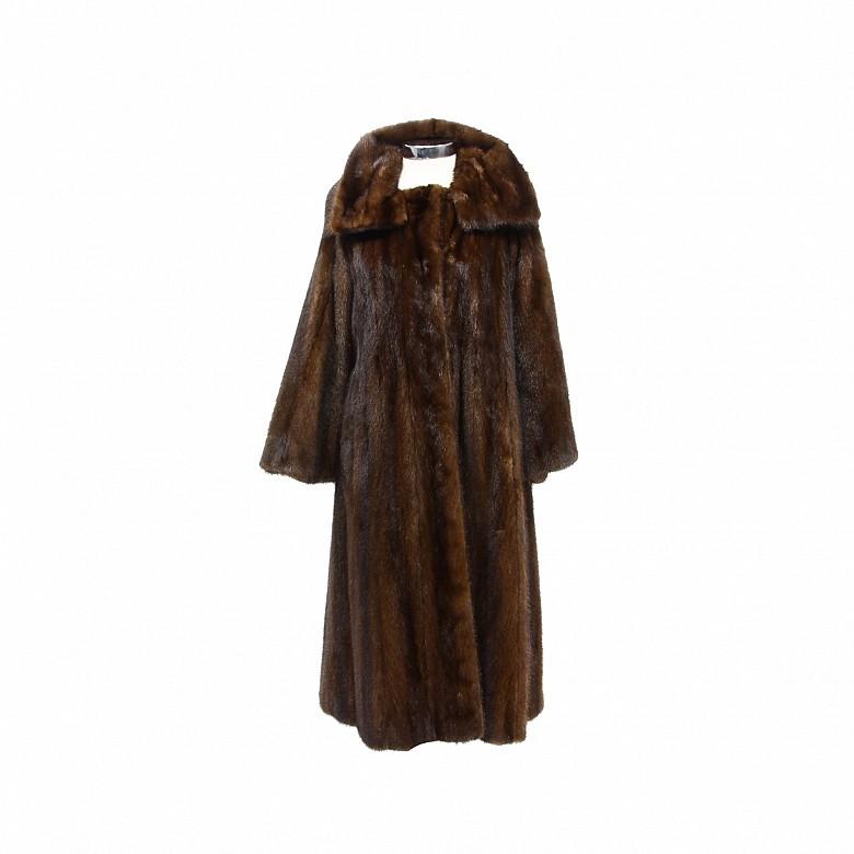 Abrigo de piel de visón de color marrón oscuro.