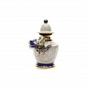 Tibor de porcelana portuguesa esmaltada en reflejo dorado y azul, s.XX.
