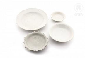 Lote de platos de porcelana vidriada en color blanco, dinastía Ming, s.XVII