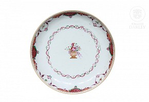 A famille rose dish, Qing Dynasty, late 18th century