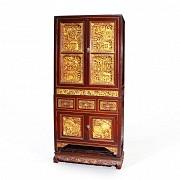 Aparador con paneles de madera tallada y dorada, Peranakan, s.XIX-XX