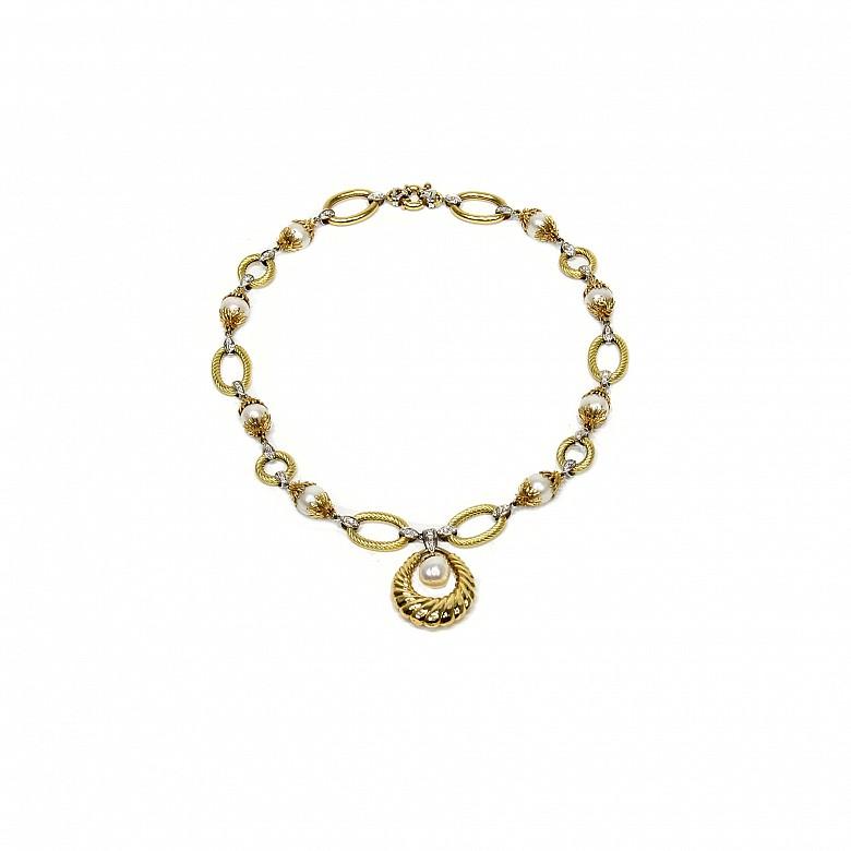 Collar de oro bicolor, diamantes y perlas