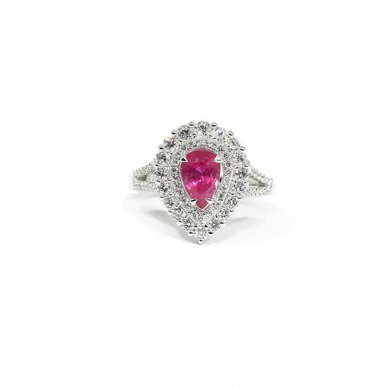 Anillo en oro blanco de 18k con diamantes y rubí