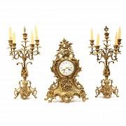 Guarnición de reloj y candelabros