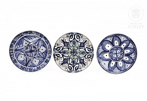 Lot of three plates signed by Pascual Zorrilla, 20th century