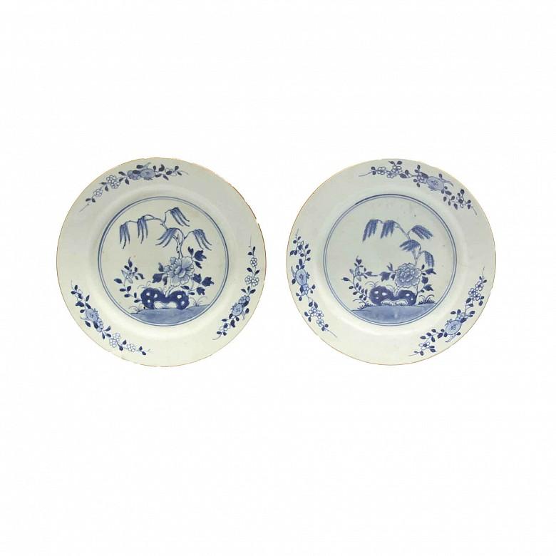 Pareja de platos Compañía de Indias en porcelana azul y blanco, s.XIX