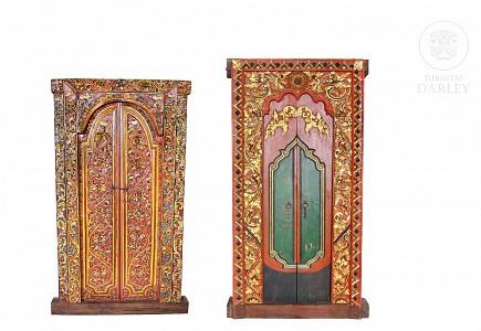 Dos puertas de templo indonesio de madera tallada y pintada, pps.s.XX