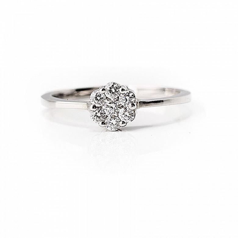 Sortija en oro blanco de 18k con diamantes.