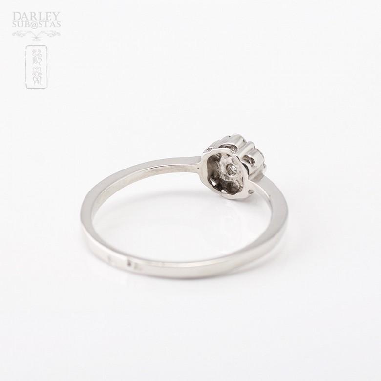 Sortija en oro blanco de 18k con diamantes. - 1