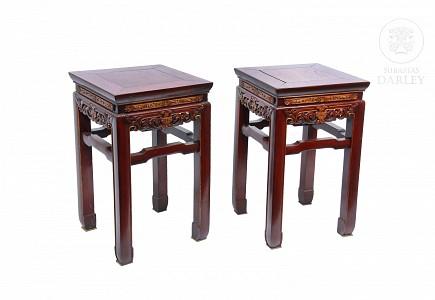 Dos taburetes con asiento de raíz de nogal.