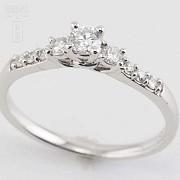 Solitario en oro blanco 18k y diamantes. - 7