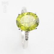 Bonito anillo con diamantes y peridoto en oro blanco 18k