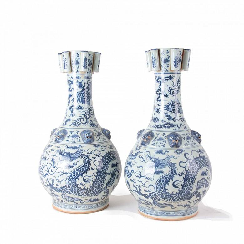 Pareja de grandes jarrones de cerámica azul y blanco
