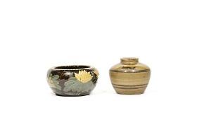 Lote de dos piezas de cerámica esmaltada, China.