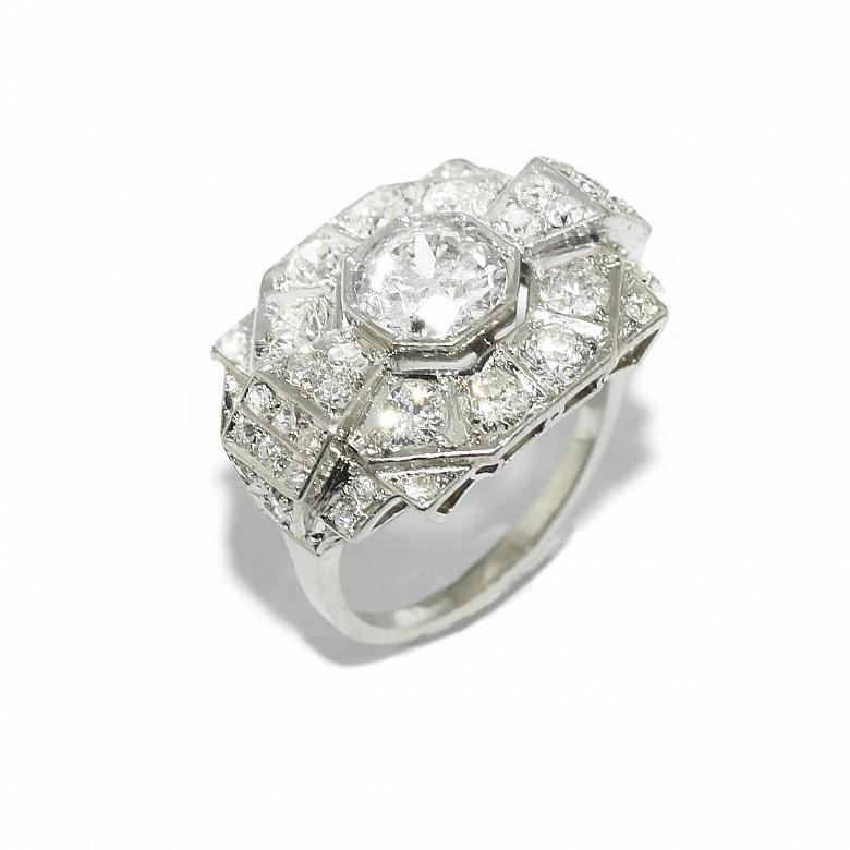 Anillo con diamantes y montura de platino