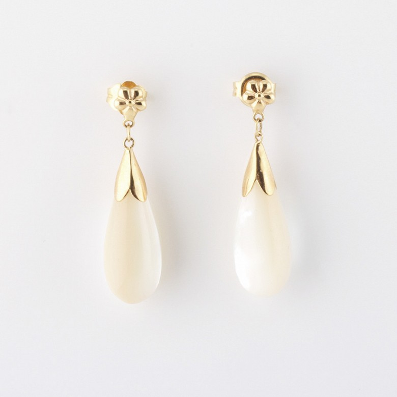 earrings natural pearl  in 18k yellow gold
