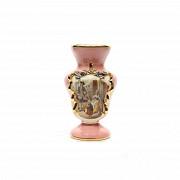 Jarrón de porcelana inglesa, s.XX Decorado con fondo rosa y una escena galante.
