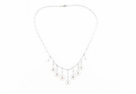 Gargantilla de oro blanco de 18k con perlas blancas y diamantes.