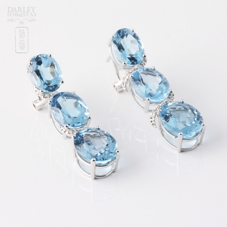 Pair of earrings in 18k white gold with 19.48 cts of Total topaz and diamonds