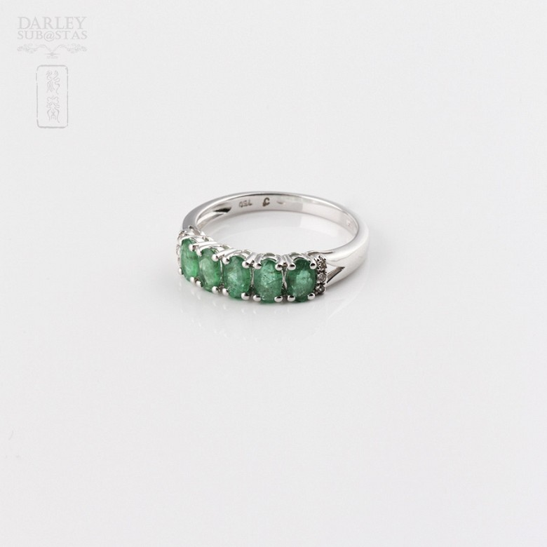 Ring in 18k white gold with emerald and diamonds. - 3